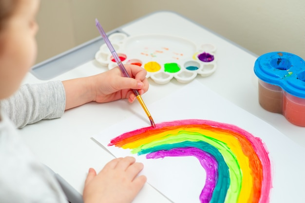 Niño dibuja arcoiris