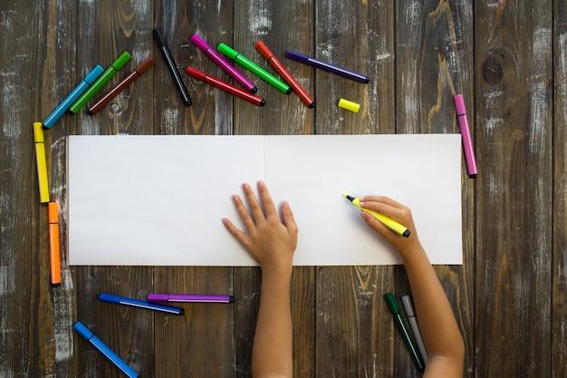 El niño dibuja en un cuaderno.
