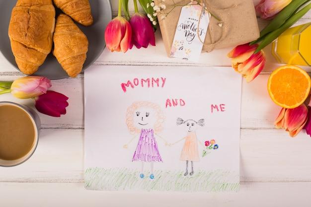 Niño dibujando alrededor del clásico desayuno con flores.
