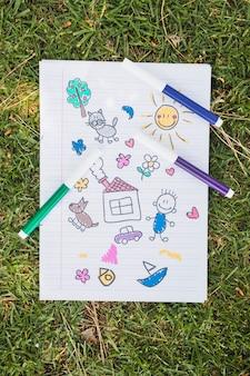Niño, dibujo, en, hierba verde