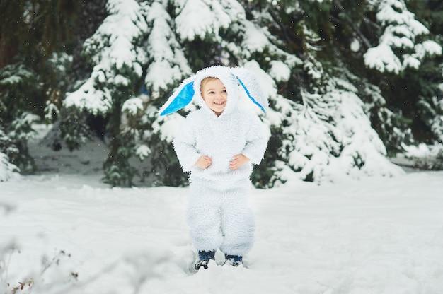 Un niño disfrazado de conejo cumple año nuevo