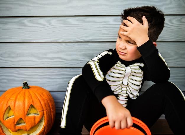 Niño disfrazado de skelleton