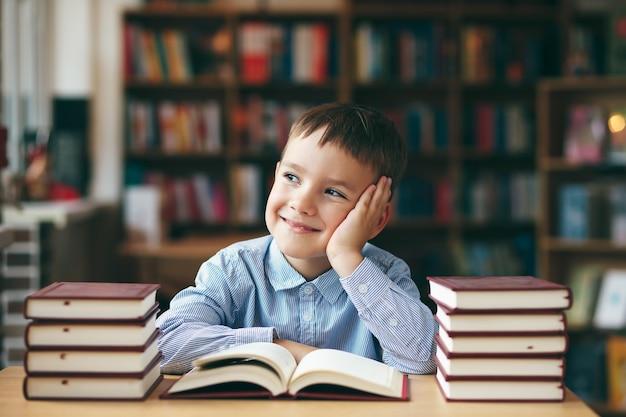 Niño disfrutando de libros