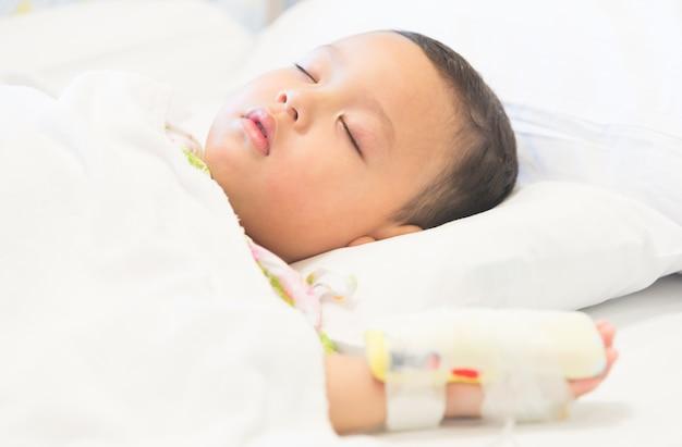 Niño dormido y enfermedad en hospital.