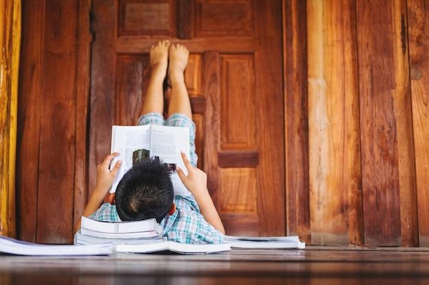 Un niño dormido leyendo un libro