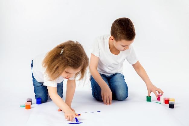 Niño de dos amigos haciendo dibujos