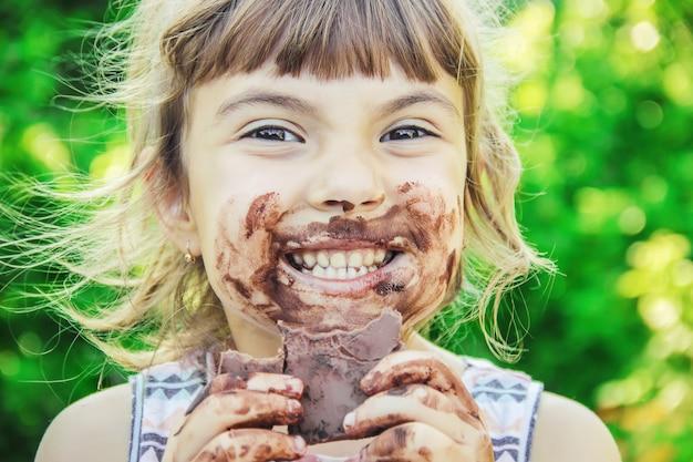 Un niño dulce come chocolate. enfoque selectivo