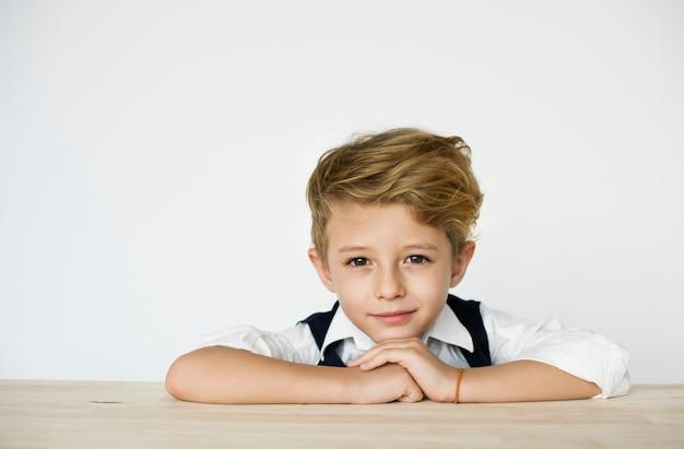 Niño de edad elemental pensamiento inteligente