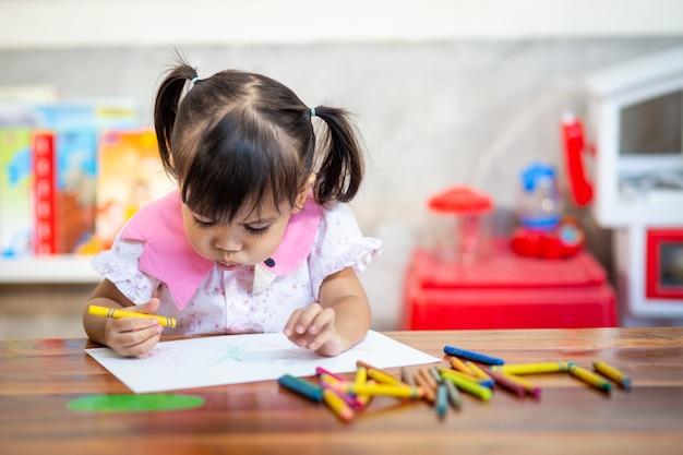 Niño en edad preescolar niña dibujo y colorante