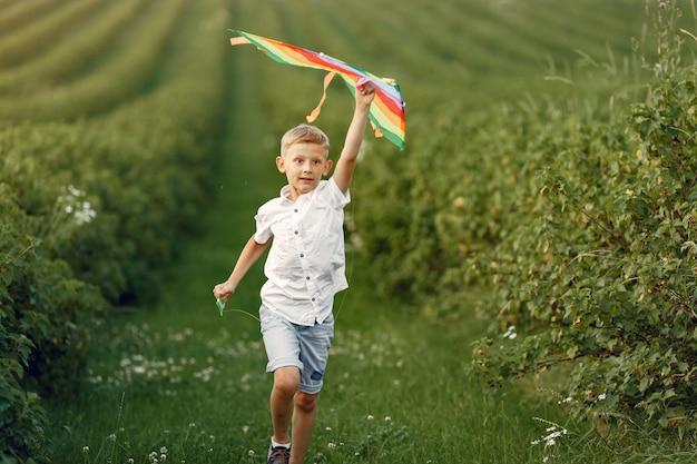 Niño emocionado corriendo con un avión de juguete