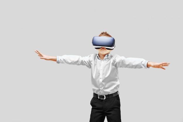 Niño emocionado estando en realidad virtual