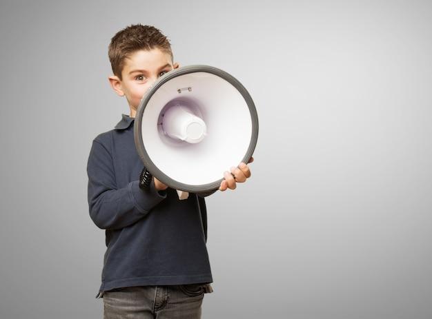 Niño enfadado usando un megáfono