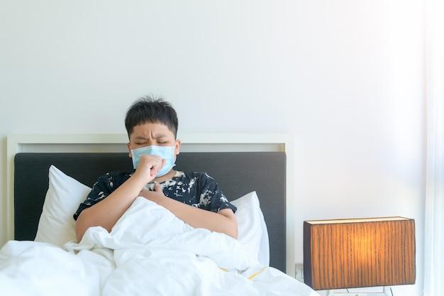 Niño enfermo con covid-19 tos y dolor en el pecho y cuídese en casa, concepto de aislamiento en el hogar