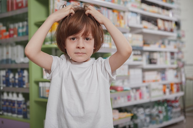 Niño enfermo en la farmacia