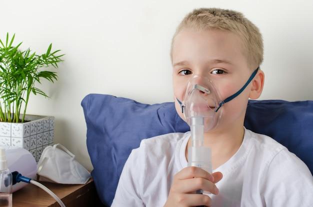 Niño enfermo respirando a través del nebulizador