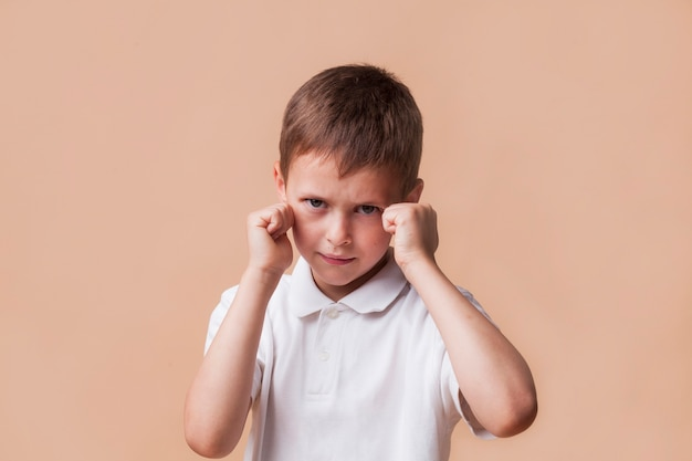 Niño enojado apretando su puño para pelear