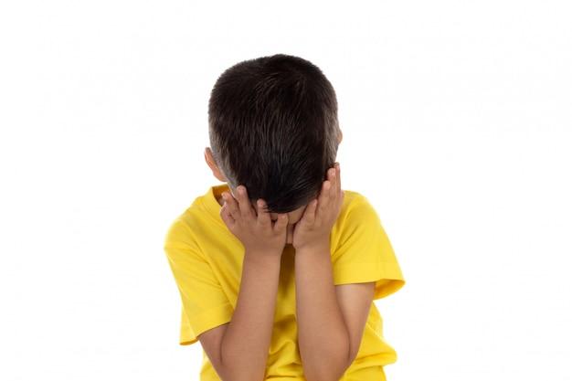 Niño enojado con camiseta amarilla