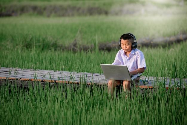 Niño de escuela primaria usando la computadora portátil