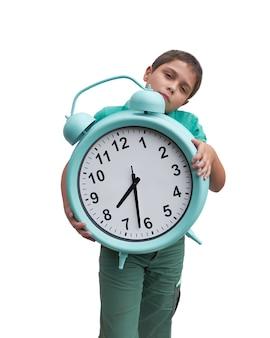 Niño de la escuela con reloj gigante