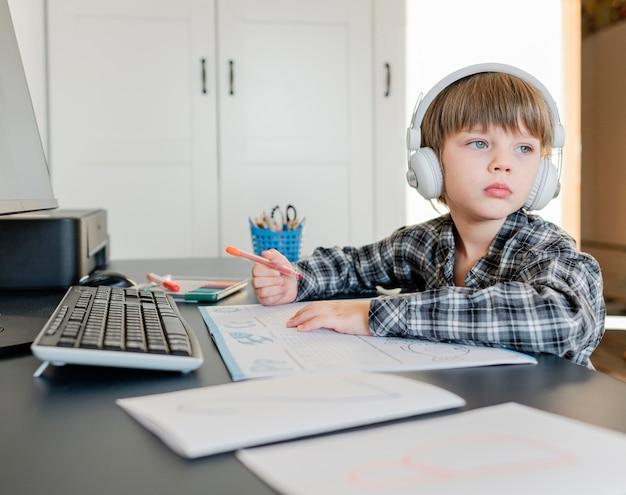 Niño de la escuela tomando cursos en línea