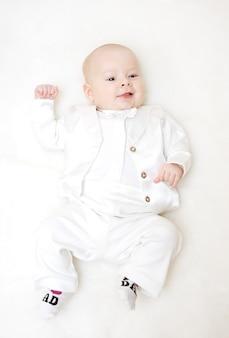 Niño en esmoquin blanco y pajarita.