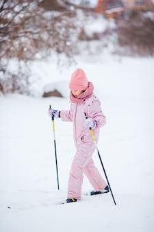 Niño esquiando en las montañas. deporte de invierno para niños.