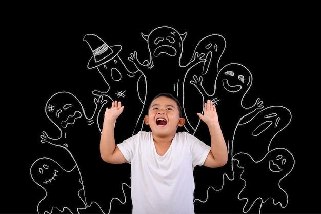 El niño estaba asustado de muchos fantasmas buscados