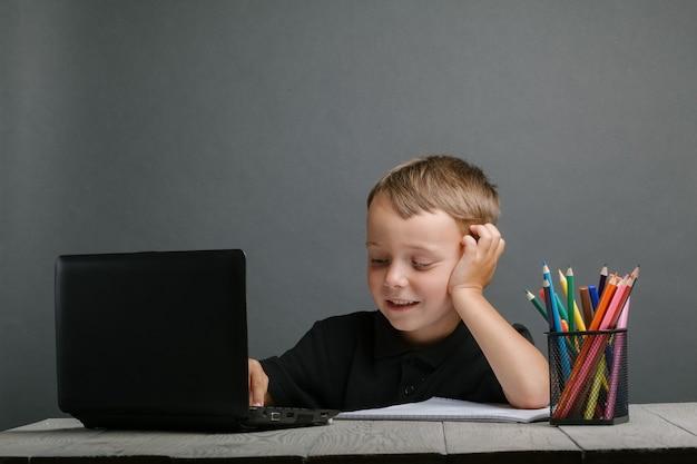 El niño estudia a distancia en la escuela. de vuelta a la escuela