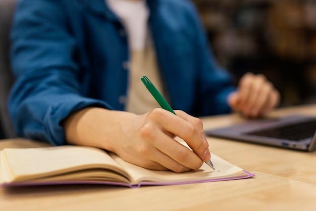 Niño estudiando en la biblioteca de la universidad.
