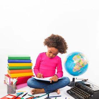 Niño estudiando en estudio