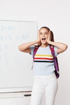 Niño estudiante de escuela primaria con gafas