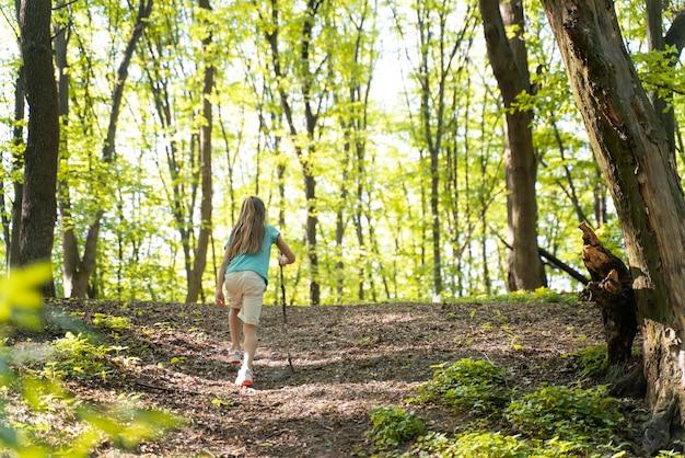 Niño explorando la naturaleza.