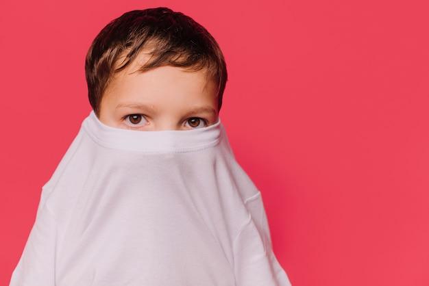 Niño con expresión de miedo