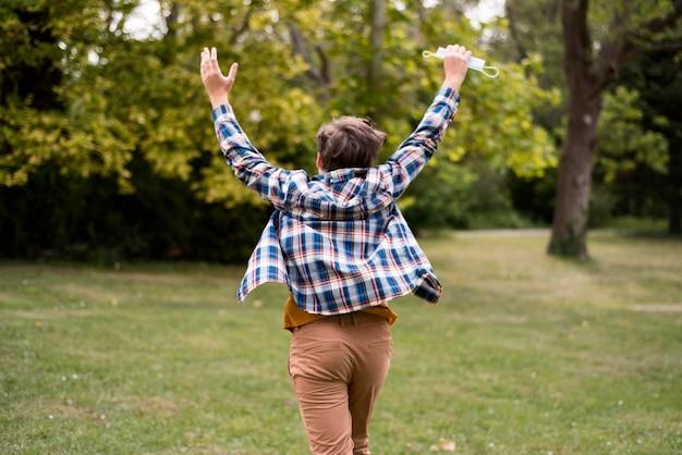 Niño feliz, aire libre