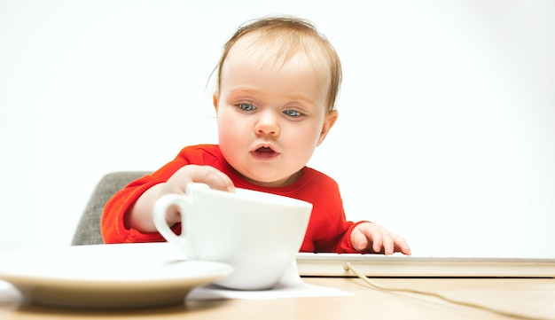 Niño feliz bebé niña niño pequeño sentado con el teclado de la computadora aislada