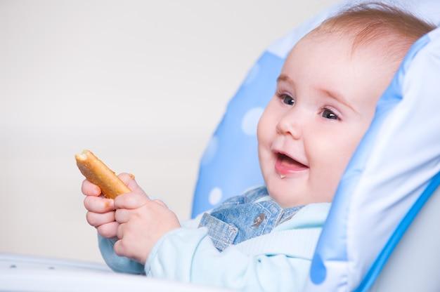 Niño feliz comiendo galletas