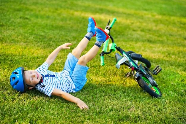 Niño feliz divirtiéndose en bicicleta