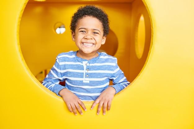 Niño feliz jugando en el área de juego