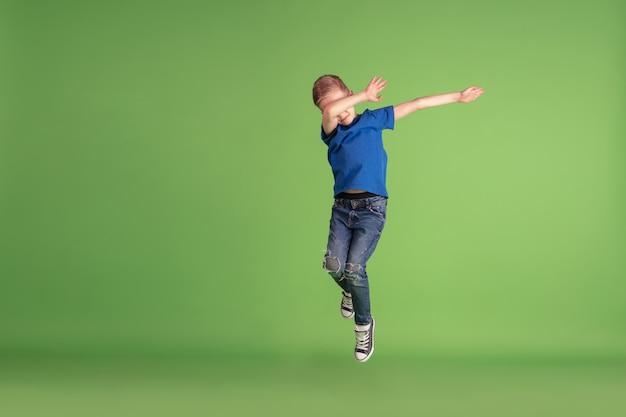 Niño feliz jugando y divirtiéndose