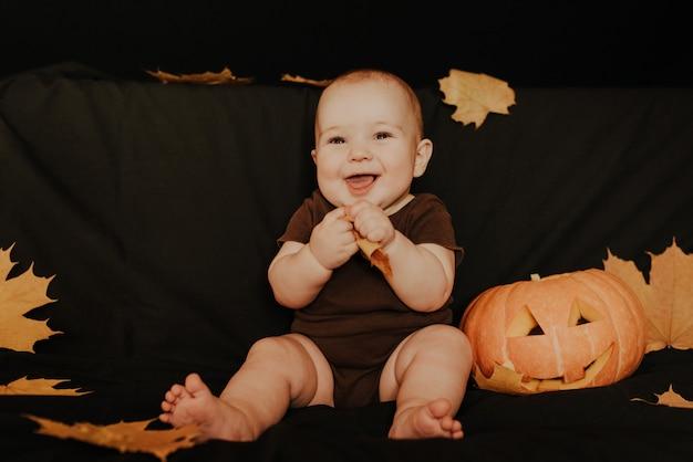 Niño feliz niño riendo con calabaza de halloween jack