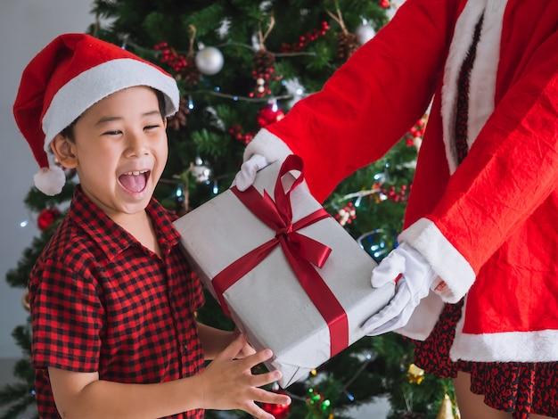 Niño feliz de recibir regalos de santa claus