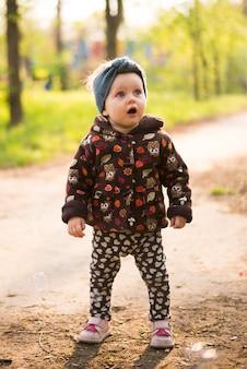 Niño feliz y sorprendido en la naturaleza