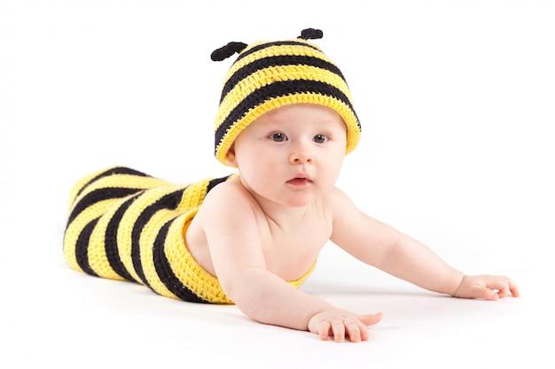 Niño feliz en traje de abeja