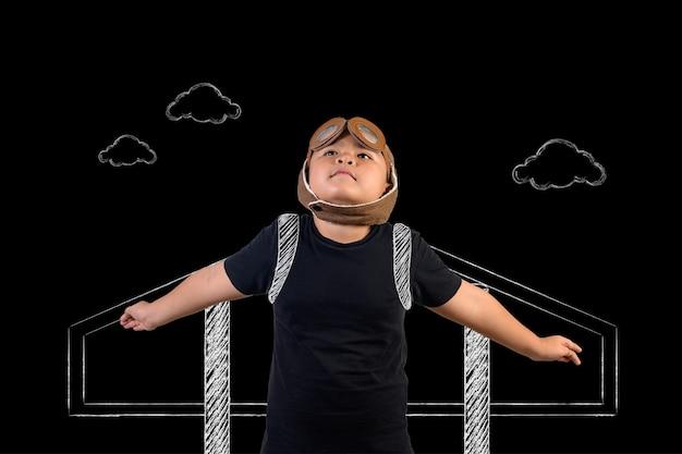 El niño finge ser un superhéroe y está jugando como astronauta. dibujar el concepto