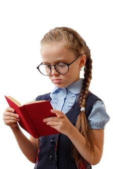 Niño en gafas con libro aislado. concepto de educación de la niña de la escuela.