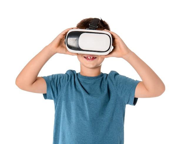 Niño con gafas de realidad virtual en blanco