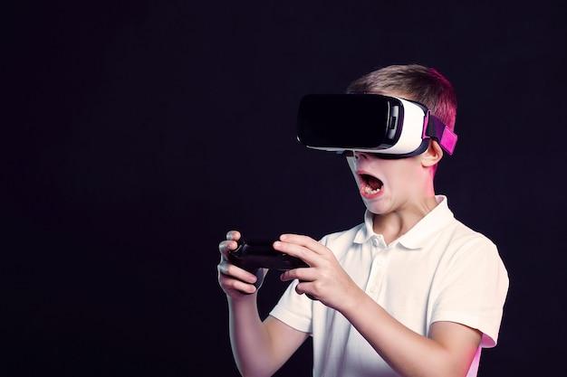 Niño con gafas de realidad virtual jugando con gamepad