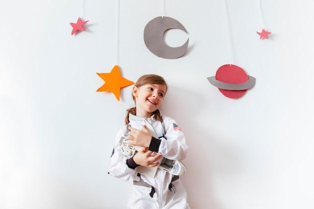 Niño en una galaxia casera jugando en casa