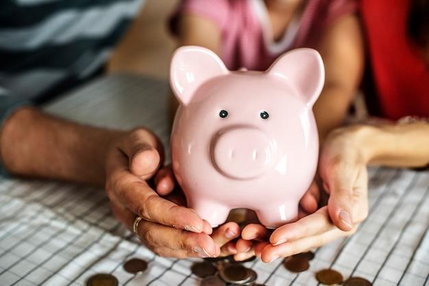 Niño gana dinero para el futuro