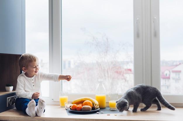Niño y gato